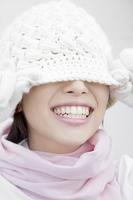ニット帽で顔を隠す女性