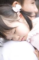 お父さんに抱かれて眠る女の子
