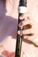 リコーダーを吹く小学生
