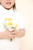 花を持つ子供