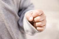 拳を握る子供の手