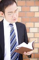 手帳を開くビジネスマン