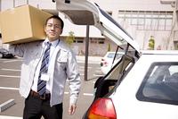 荷物を荷台から取り出すビジネスマン