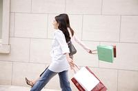 ショッピングする女性2人