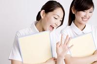 手を振る看護師女性2人