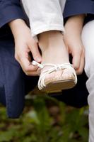 靴を履きなおす女性