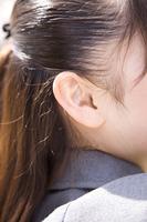 女子高生の耳元