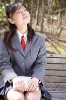 ベンチで休憩する女子高生