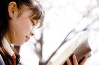 本を読む女子高生