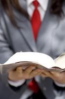 本を読む女子高生の手元