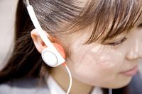 音楽を聴く女子高生