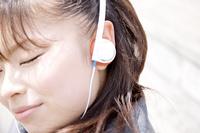 音楽を聴きながら日向ぼっこする女子高生