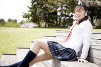 階段で音楽を聴く女子高生