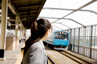 電車を待つ女子高生