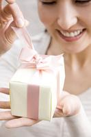 プレゼントを開ける女性