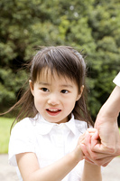 母親と手を握る女の子