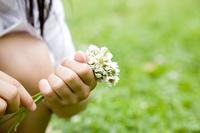 花を摘む女の子の手元