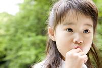 お菓子を食べる女の子