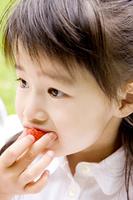 苺を食べる女の子