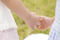 手を握る女の子達