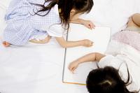 お絵描きをする2人の女の子