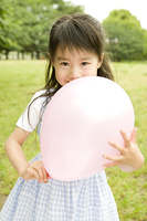 風船を抱き締める笑顔の女の子