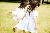 手を繋いで駆け回る2人の女の子