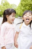 舌を出し遊ぶ2人の女の子