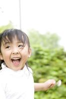 笑顔で駆け回る女の子