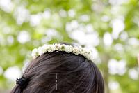 花冠を被った女の子の頭