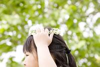 花冠を頭に添える女の子
