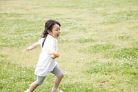 走り回る女の子