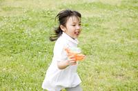 水鉄砲を持って走る女の子