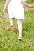 水鉄砲を持って走る女の子の足元