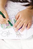 お絵描きをする女の子の手元