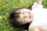 芝生で寝転がる女の子