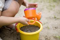 砂遊びをする女の子