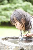水道水を飲む女の子