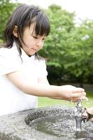水遊びをする女の子