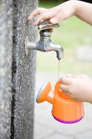 如雨露に水を汲む女の子の手元