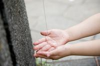 水道で手を洗う女の子
