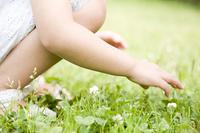 花を摘む女の子
