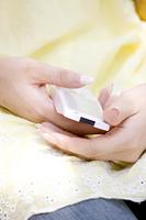 携帯電話を持つ女性の手元