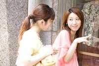 ウィンドーショッピングをしている2人の女性
