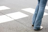 横断歩道を渡る女性の足元