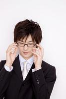 メガネをかける男性