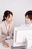 仕事を教わる女性