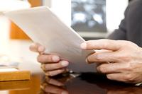 書類を確認するビジネスマン