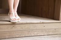 階段を下りる女性の足元