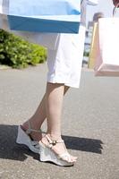 買物を楽しむ女性の足元